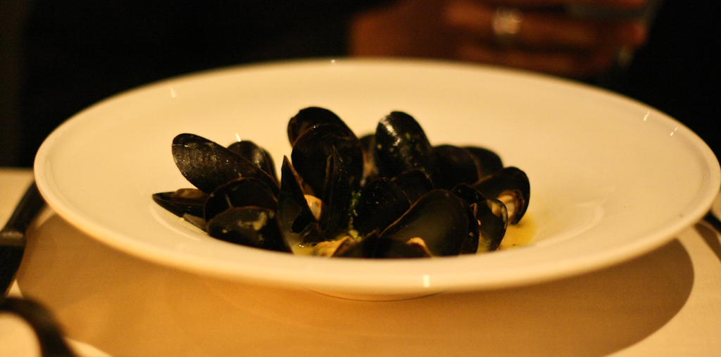 BLACK MUSSELS thyme, saffron, garlic, white wine broth