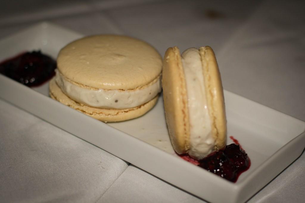 Macaroons stuffed with Fig Ice Cream